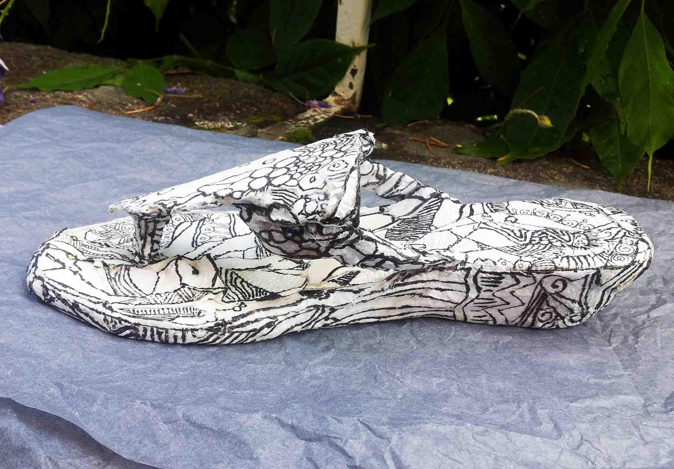 Sculpture d'un soulier d'été tout en cellulose ( papier) encré de noir