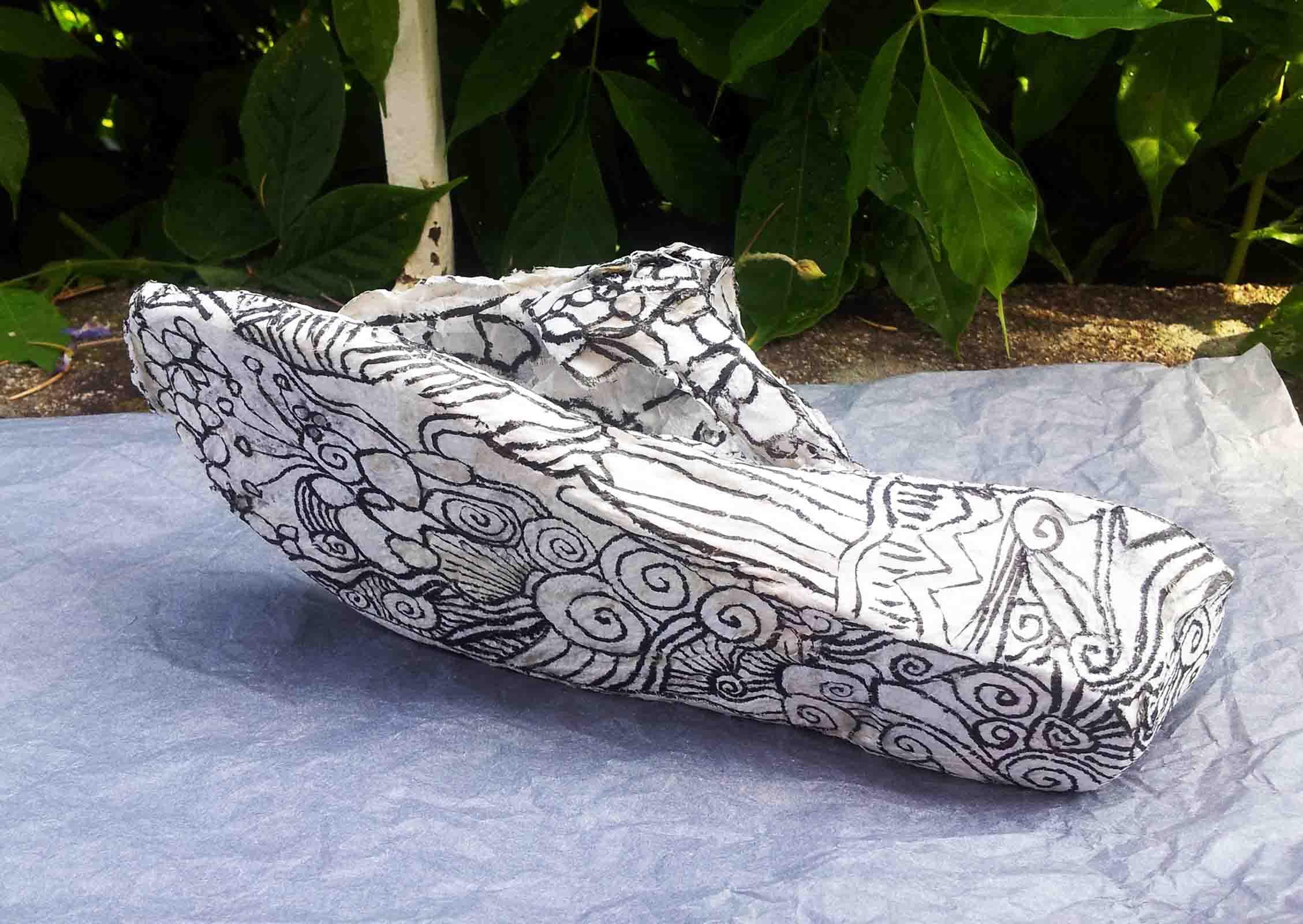 soulier sculpté en cellulose d'eucalyptus rehaussé d'encre de Chine noire