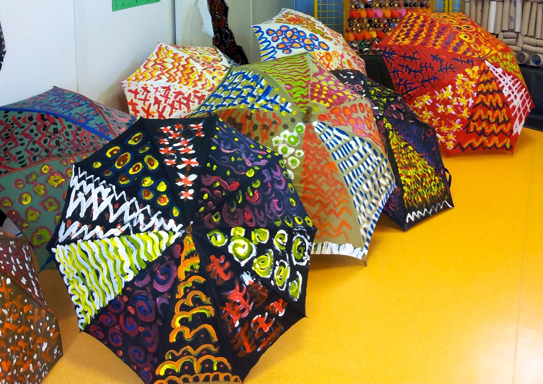 Graphismes africains sur une mer de parapluies!