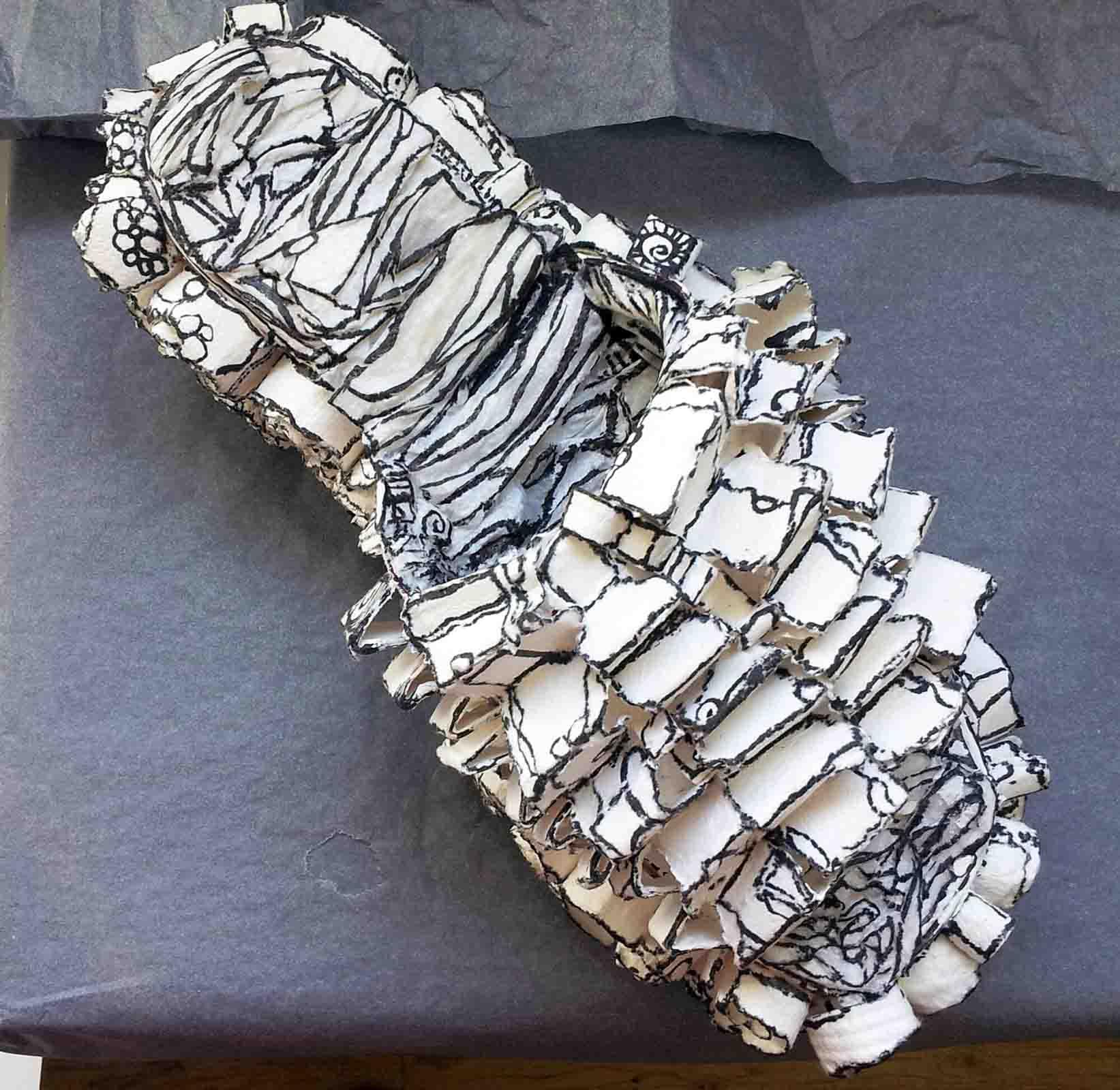 Souliers sculptés en cellulose et rehaussés d'encre de Chine noire
